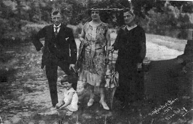 Isidor und Emma Sommerfeld, Rosa Knobloch, vorne: Elfriede Sommerfeld,  1927 (privates Foto)