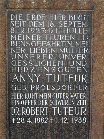 Grabstein der Eheleute Anny und Dr. Robert Tuteur