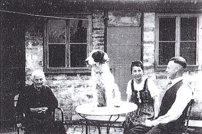 Familie im Hof